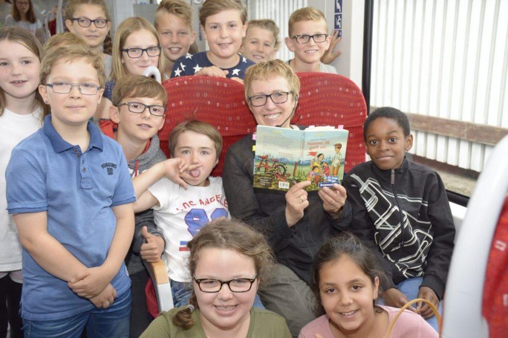 Vorlesestunde in der nordbahn: Am 11. Juli 2017 las Kinderbuchautorin Simone Klages zwei vierten Klassen von der Klaus-Groth-Schule aus Bad Oldesloe vor