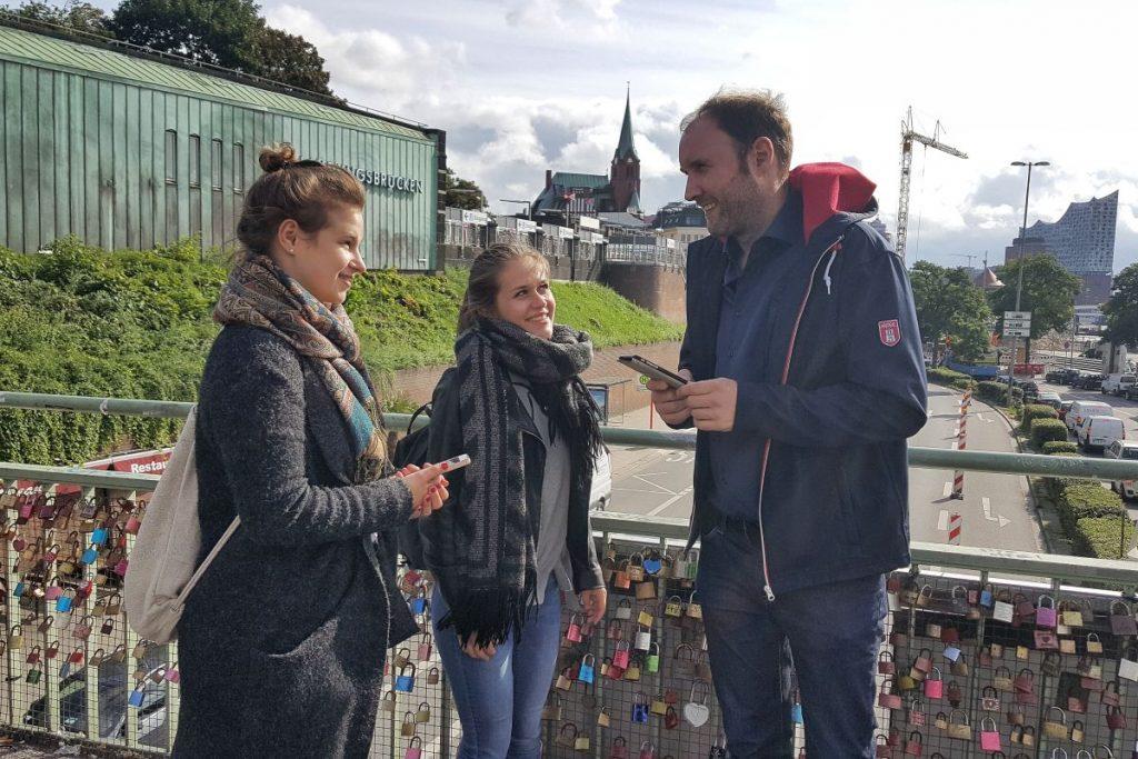 """Martin Wachowiak von der HVV-Schulberatung erklärt die App """"HVV-Zeitschiene"""""""
