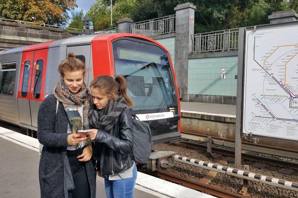 """Mit der App """"HVV-Zeitschiene"""" erkunden Schülerinnen und Schüler Hamburg"""