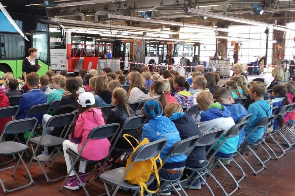 Autorenlesung in der VHH-Waschhalle in Bergedorf - Das Hamburger Vorlesevergnügen ist ein Projekt unter Mitwirkung der HVV-Schulberatung