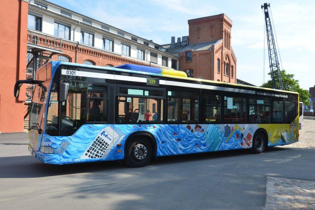 Mehr Farbe in der Stadt: Hamburgs bunte Paintbusse werden unter Mitwirkung der HVV-Schulberatung gestaltet