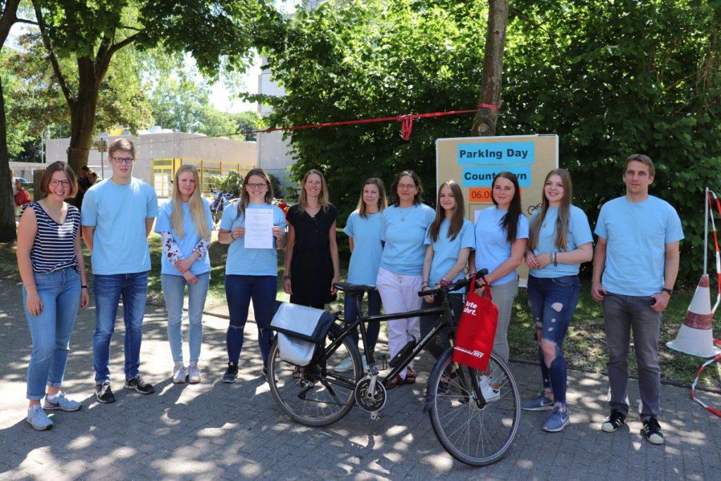 Die Klasse 11 des Beruflichen Gymnasiums Bad Oldesloe nach erfolgreichem Abschluss des Aktionstages zu KlimaConsult