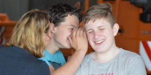 Die BUS-Engel Ausbildung der HVV-Schulberatung hilft Schülerinnen und Schülern in Südholstein dabei, sich gegen Gewalt einzusetzen.