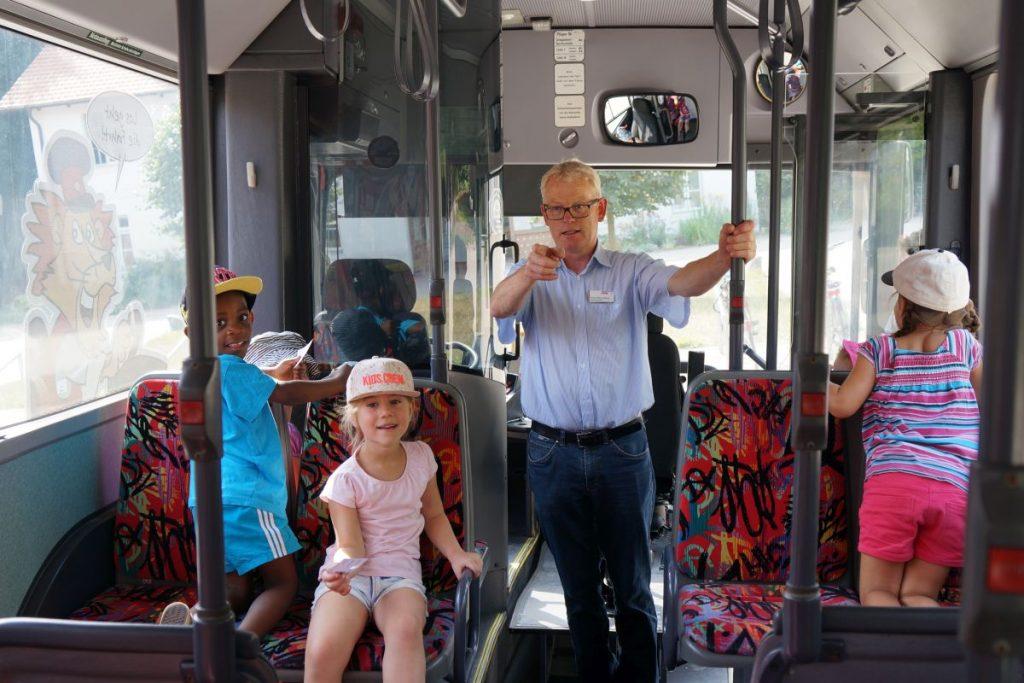 Sicherheit soll im Bus eine hohe Priorität haben. Auch das wurde den Kindern während den Erlebnistagen beigebracht. Foto: Save Our Future - Umweltstiftung