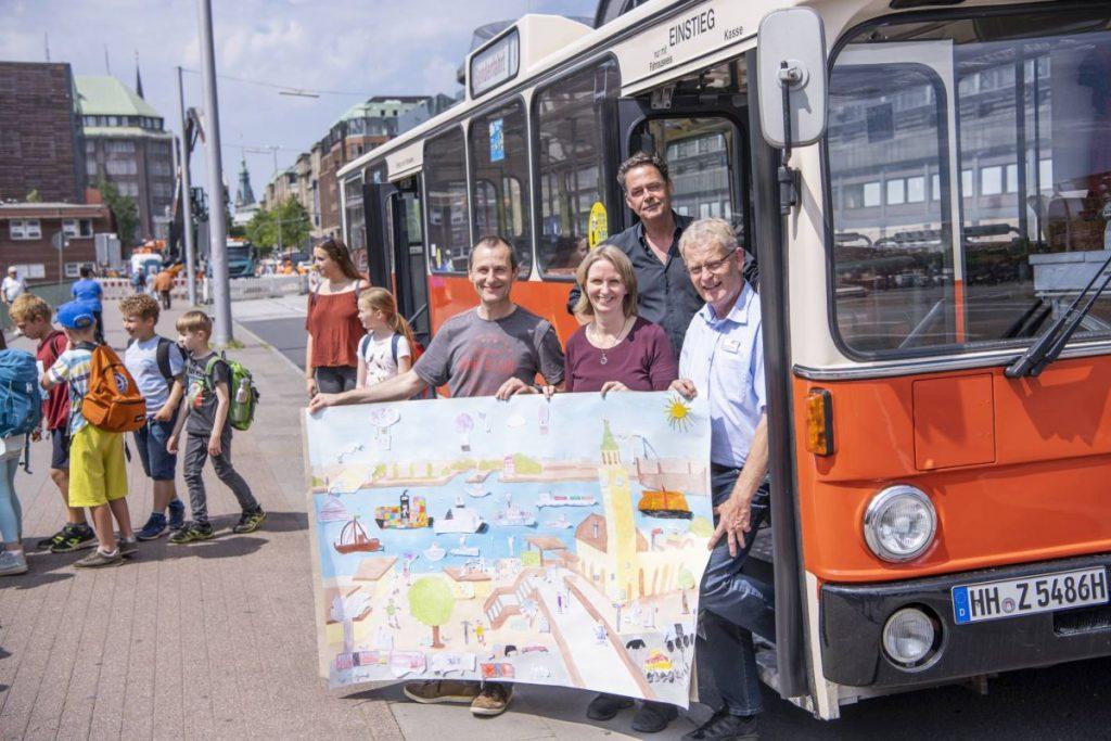 Dieser Oldtimer-Bus der Verkehrsbetriebe Hamburg-Holstein GmbH war dieses Jahr als Comic-Bus unterwegs (Quelle: Hamburger VorleseVergnügen, Foto: Frank Siemers)