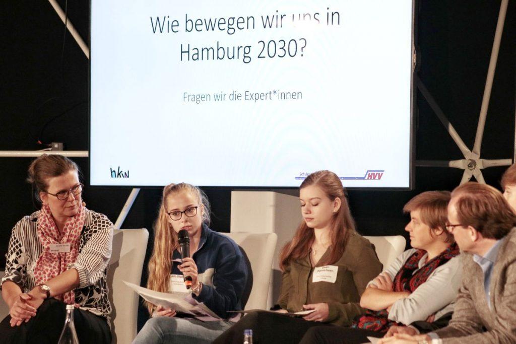 Die Schülerinnen und Schüler diskutierten u.a. mit Vertretern der Hamburger Hochbahn, der Verkehrsbetriebe Hamburg-Holstein GmbH oder dem Alternativen Fahrradclub Deutschland e.V.