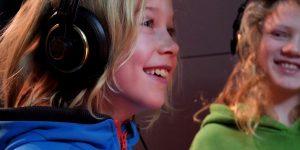 Einfach einsteigen! Das ist die Video-Reihe für Kinder, die sich um die Nutzung von Verkehrsmitteln im HVV dreht. Auch ein Kinderlied gehört dazu.