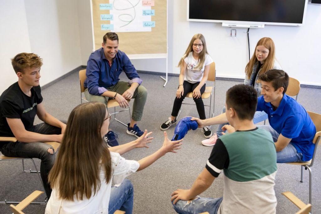 Das Trainerteam der Bus-Engel setzt sich interdisziplinär zusammen. Speziell qualifizierte Experten führen die Ausbildung gemeinsam durch.