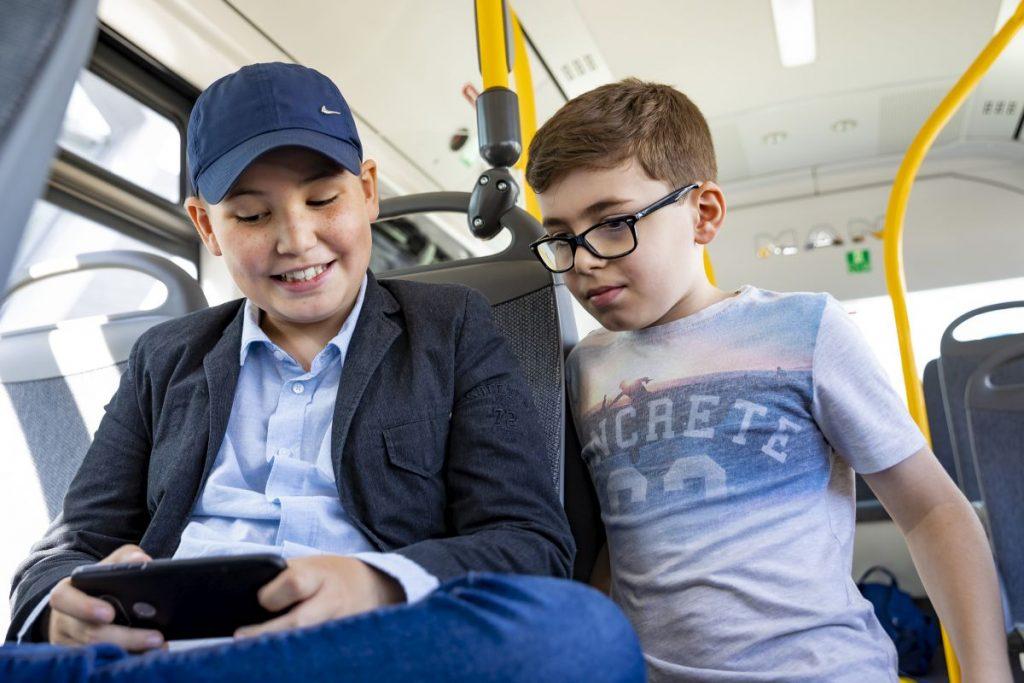 In der Busschule der hvv Schulprojekte lernen Schülerinnen und Schüler das richtige Verhalten im Bus sowie die elementaren Sicherheitsregeln beim Busfahren.