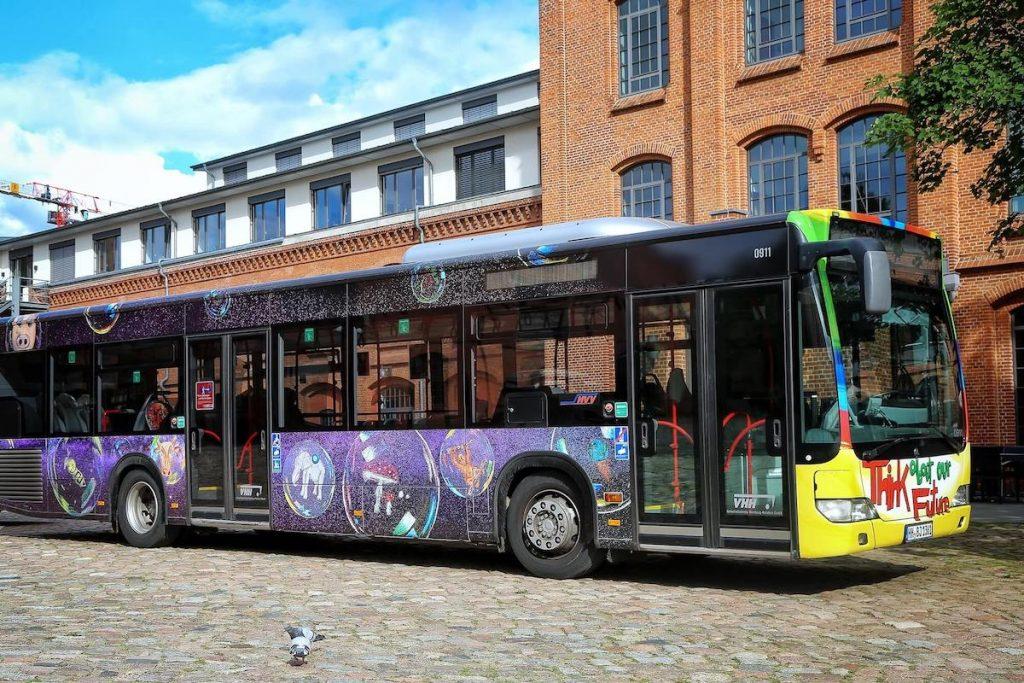 Beim PaintBus-Wettbewerb gestalten Schulklassen ein eigenes Design für einen Bus. Der Gewinner-Entwurf wird selbst auf einen Bus gemalt.