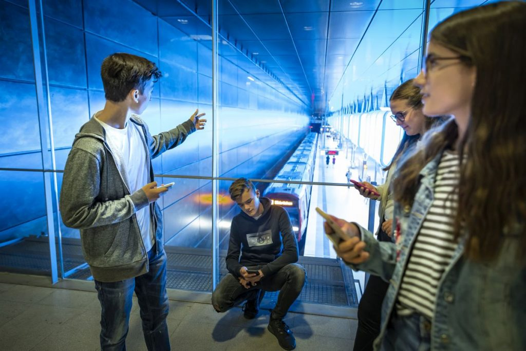 Mit der App hvv Zeitschiene entdecken Schulklassen die Geschichte des Nahverkehrs in Hamburg. Eine Digitale Rallye für Kinder von der 7. bis 10. Klasse.