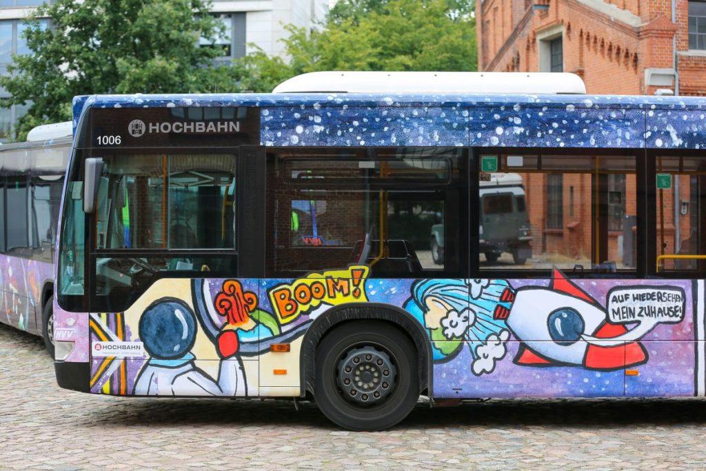 Der Hochbahn-Bus wurde vom Heisenberg-Gymnasium in Hamburg-Harburg gestaltet
